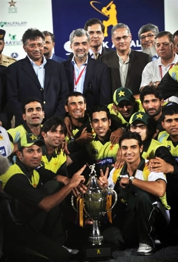 Pakistan team pose with the trophy along with President Pervez Musharraf & Chairman PCB Dr. Nasim Ashraf