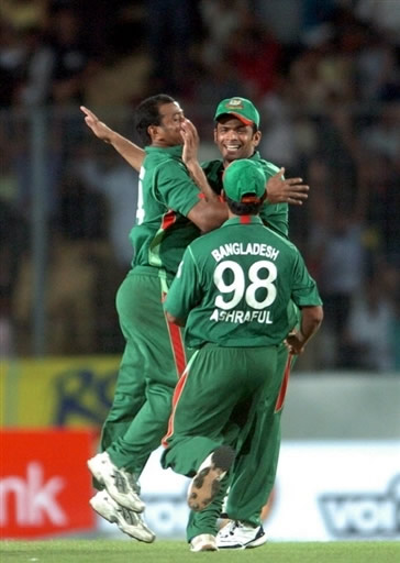 Alok Kapali celebrates the wicket of Mohammad Yousuf