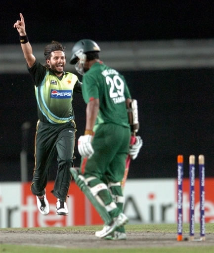Shahid Afridi celebrates the wicket of Tamim Iqbal