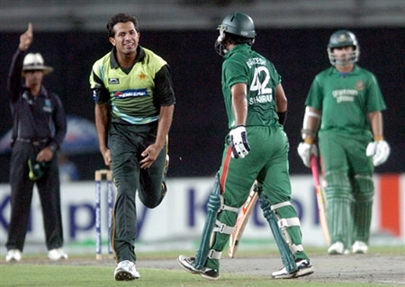 Wahab Riaz celebrates the wicket of Shahriar Nafees