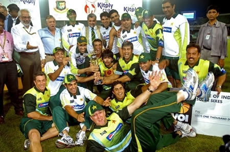 Pakistan team and officials group photo with the winning trophy
