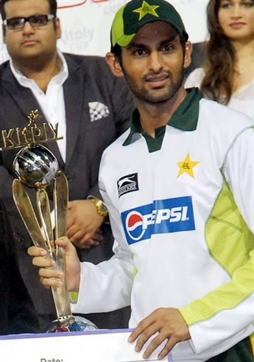 Shoaib Malik holds the Kitply Cup 2008