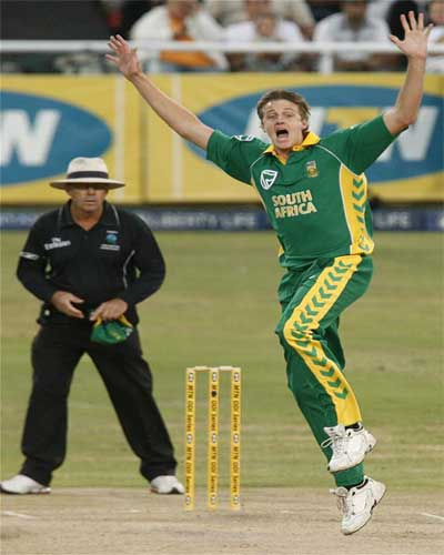Morne Morkel appeals unsuccessfully for the wicket of Rukano Morton