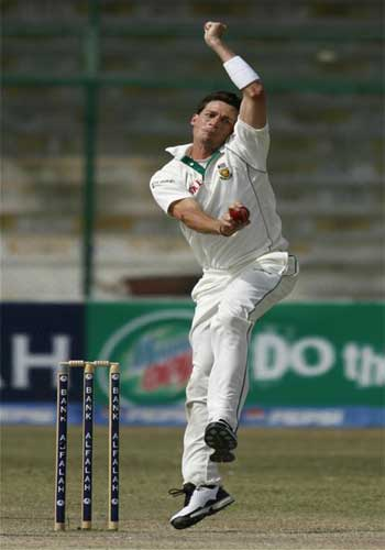 Dale Steyn bowls against Pakistan in Karachi October 5, 2007