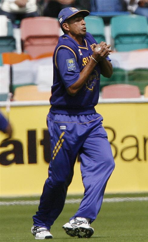 Ishara Amerasinghe takes a catch to dismiss Robin Uthappa