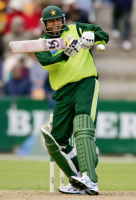 Inzamam-ul-Haq prepares to hook a ball