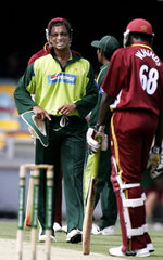 Shoaib Akhtar grimaces as he leaves the field with a hamstring injury