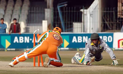 Lions keeper Humayun Farhat busy behind the stumps
