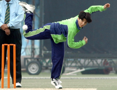 Sania Iqbal of Multan bowls