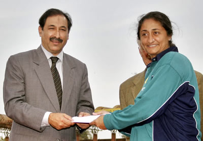 Shamsa Hashmi of Lahore receiving the Woman of the Series award