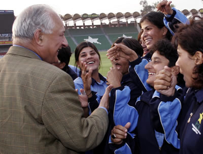 Chairman PCB with members of the winning Karachi team