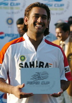 Mahendra Dhoni holds the 'Man of the Match' trophy