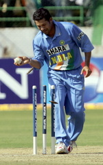 Sachin Tendulkar runs out Inzamam-ul-Haq