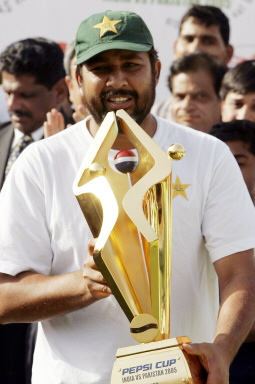 Inzamam-ul-Haq holds the seriess trophy