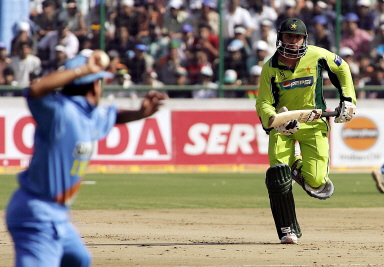 Shahid Afridi takes a run while Sachin Tendulkar tries to run him out
