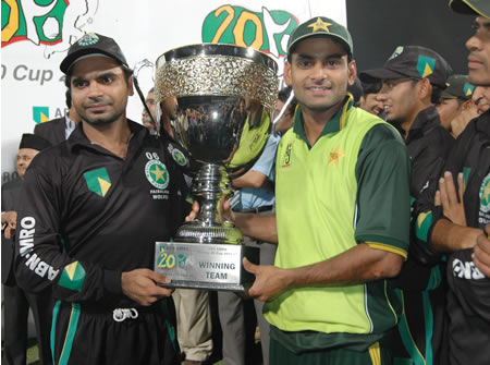 Naved Latif, Mohammad Hafeez and some team members with cup