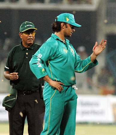 Shoaib Akhtar looks at his hand injury