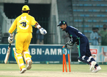 Jannisar Khan being run out by Moin Khan