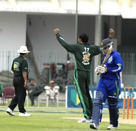 Shadab Kabir leaves after being caught off Kamran Hussain
