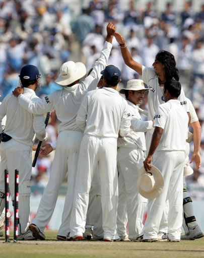 Ishant Sharma & teammates celebrate their victory over Australia