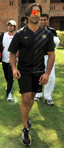 Shoaib Akhtar arrives at Gaddafi Stadium to prove his fitness