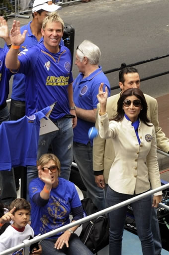 Shane Warne & Rajisthan Royals team co-owner Shilpa Shetty wave to public