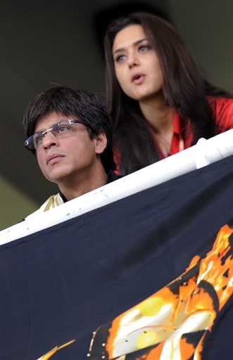 Shahrukh Khan and Preity Zinta are watching IPL match