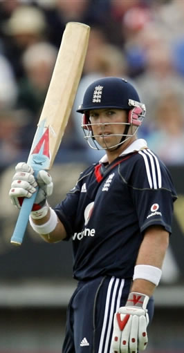 Matt Prior helps England to seal the series