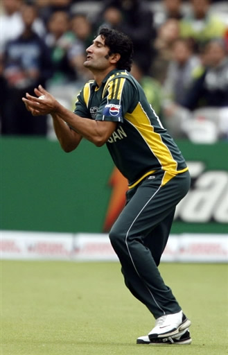 Sohail Tanvir takes the catch of Reekers