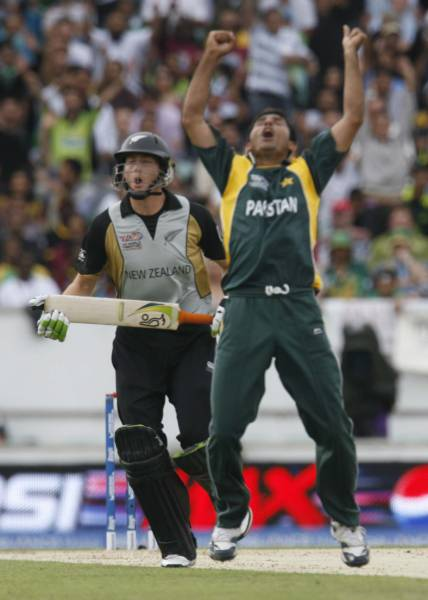 Joy for Razzaq, agony for Guptill