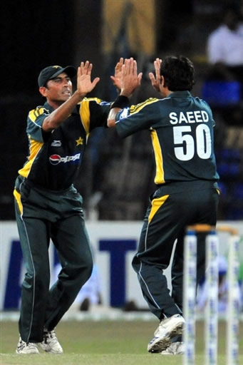 Younis & Saeed celebrate the wicket of Kandamby