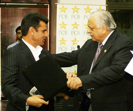 Chairman PCB presents a souvenir & check of Rs. 5 lac to Aleem Dar