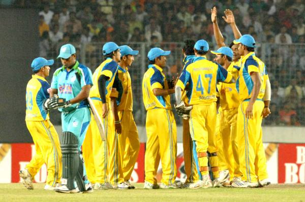 Abahani players celebrate the fall of Gazi Tank captain Alok Kopali