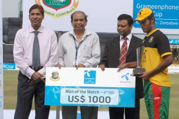 Nazmul Hossain receiving the Man of the Match