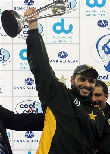 Shahid Afridi celebrates with trophy after winning the T20 series