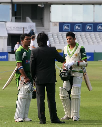 Rameez giving some tips to Azhar and Umar before the start of final day's play