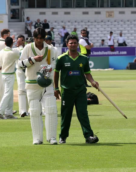Farhat and Aamer celebrate historic win over Australia