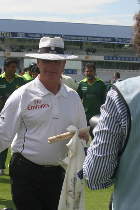 Rudi Koertzen leaves the field after his last Test match as an umpire