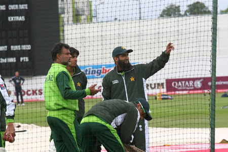 Mohammad Yousuf and Ijaz Ahmed discuss during practice session