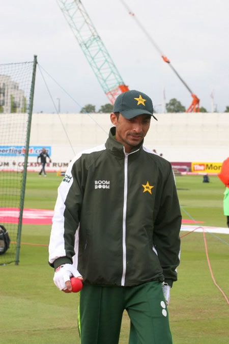 Yasir Hameed doing fielding practice