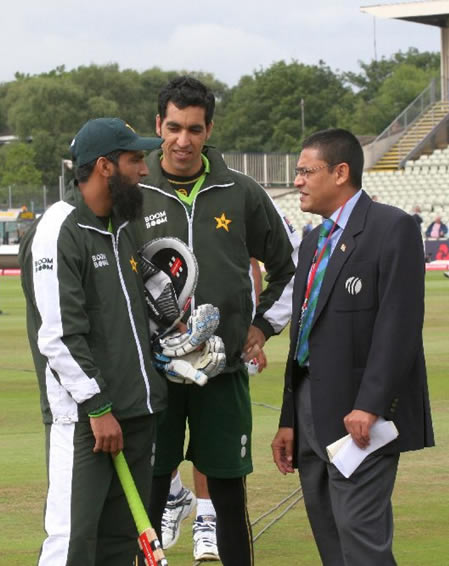 Mohammad Yousuf and Umar Gul talking with match referee