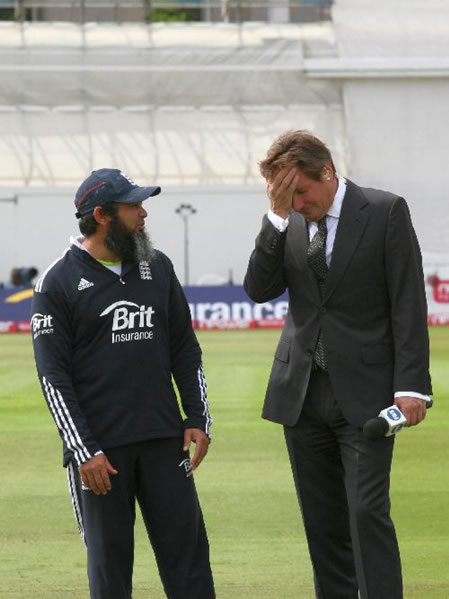 England's spin bowling Coach Mushtaq Ahmed talking with Ian Botham