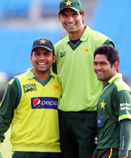 Towering Pakistan pacer Mohammad Irfan poses with wicketkeeper Kamran Akmal and batsman Asad Shafiq