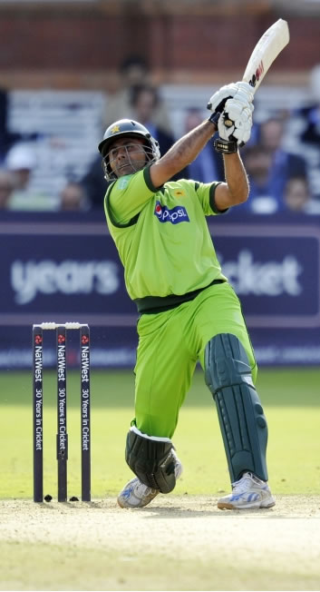 Abdul Razzaq blistering 44 off 20 balls helps Pakistan to set competitive total