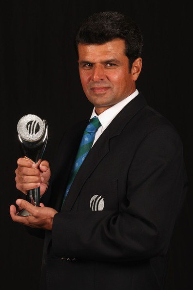 Aleem Dar holds the trophy after he won Umpire of the Year award