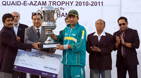 HBL captain Hasan Raza receives winning Trophy