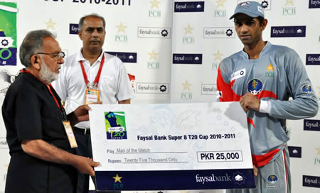 Shakeel Ansar receiving Man of the Match award