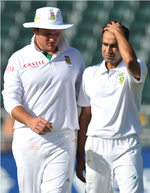 Graeme Smith has a word with Imran Tahir