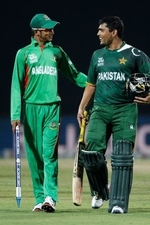 Nasir Hossain and Kamran Akmal have a chat after a match