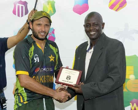 Shahid Afridi gets the Man of the Match Award